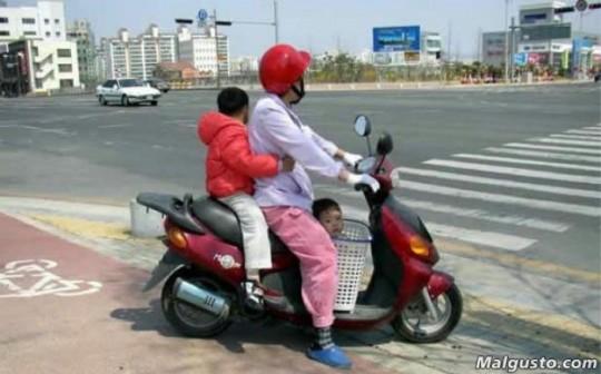 kinder-auf-dem-roller-transportieren-2012-01-24